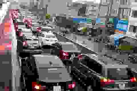 Hà Nội: Mắc kẹt trong mưa lớn trên nhiều cung đường