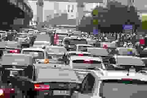 Cửa ngõ phía Tây Hà Nội ùn tắc nghiêm trọng trong cơn mưa lớn