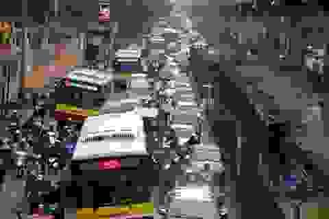 """Hà Nội giảm tần suất xe buýt chạy trên tuyến phố có """"lô cốt"""""""