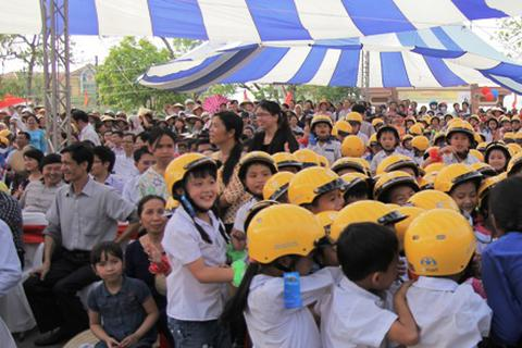 Ủy ban ATGT Quốc gia trao tặng 1.100 mũ bảo hiểm cho học sinh