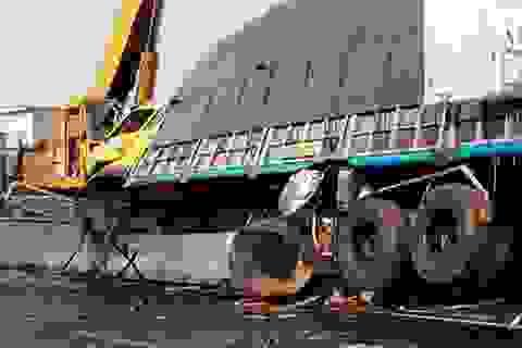 """Xe tải """"cày"""" nát dải phân cách, xe container bị vạ lây"""