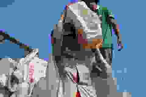 Cơ cực những người phụ nữ làm nghề vác đá bên bờ biển