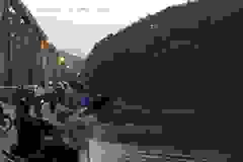 Hàng trăm người vây hiện trường tìm kiếm nam thanh niên nhảy cầu Hàm Rồng