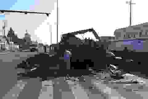 Xe tải bốc cháy dữ dội khi đang chạy