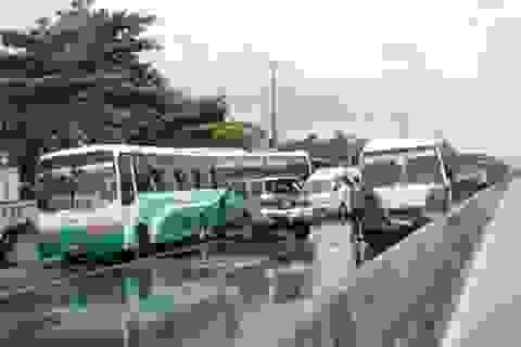 3 ô tô tông nhau liên hoàn, hành khách hốt hoảng