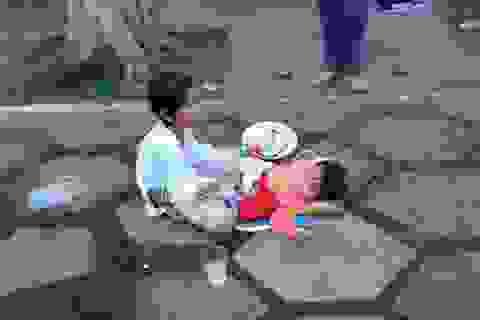 """Những đứa trẻ bế """"em ruột"""" đi ăn xin trên bến Ninh Kiều"""