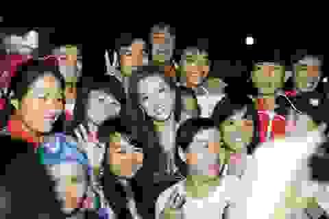Đinh Hương được sinh viên hâm mộ cuồng nhiệt