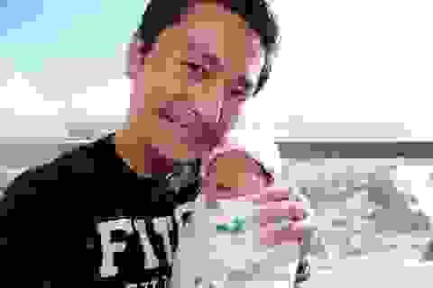 Trương Minh Cường hạnh phúc với cô con gái mới sinh