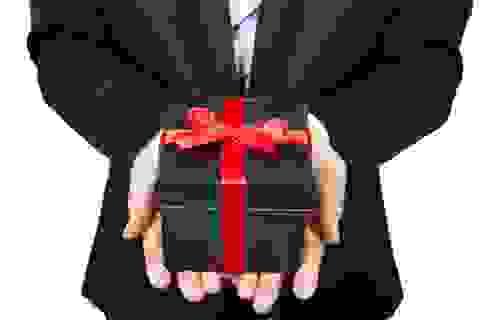 10 quy tắc về tặng quà ở công sở