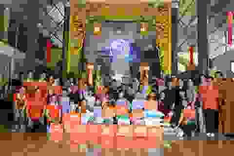 Lãnh sự Nam Phi tặng quà đến Trung tâm nhân đạo Huyền Trang