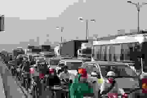 CSGT vắt kiệt sức giải tỏa vụ kẹt xe kéo dài 15 tiếng
