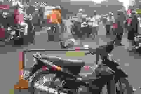 """Tông hàng rào """"chống thất thu"""", 2 nạn nhân bị thương nặng"""