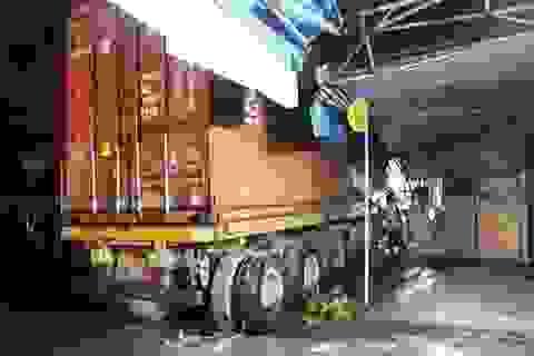 Xe container lao vào nhà dân lúc nửa đêm