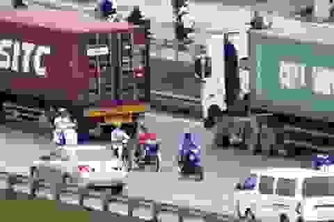 """Rùng mình với cảnh """"cúp đầu"""" container  để """"né"""" cảnh sát giao thông!"""