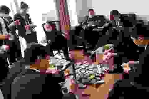 """Nữ đại gia Trung Quốc mua xe hơi bằng """"núi tiền lẻ"""""""