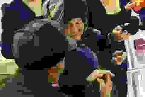 Cảm động hình ảnh cụ già nghèo khó mua nhẫn kim cương tặng vợ