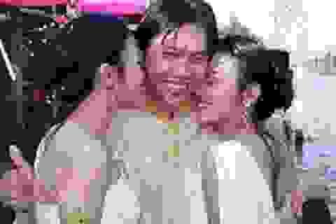 Chàng trai cưới cả 2 chị em sinh đôi làm vợ