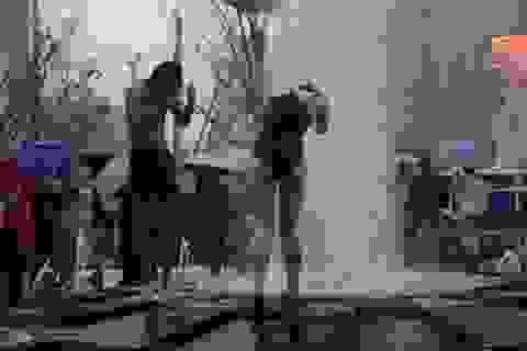Cặp đôi ngang nhiên cởi đồ tắm rửa ngay giữa quảng trường