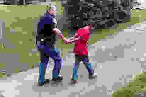 Mẹ nhờ cảnh sát giả vờ bắt giữ con để trị thói ngỗ nghịch