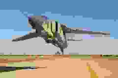 Thót tim khoảnh khắc máy bay chiến đấu lướt ngay trên đầu