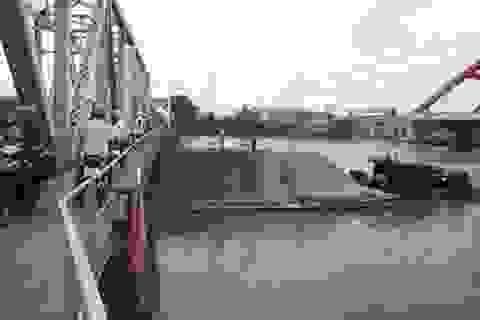 Sà lan cát mắc kẹt, cầu đường sắt chao đảo