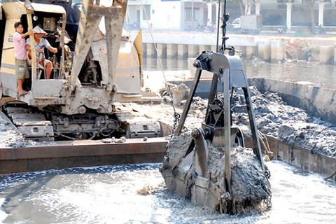 """Bùn thải - """"sát thủ"""" hủy hoại môi trường"""