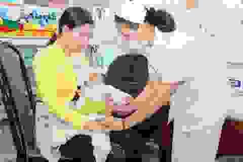 Ngừng vắc xin Quinvaxem: Dân hoang mang, chuyên gia lúng túng