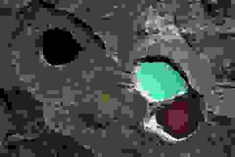 """Kỳ bí """"hồ sinh 3"""" nước đổi màu huyền ảo ở Indonesia"""