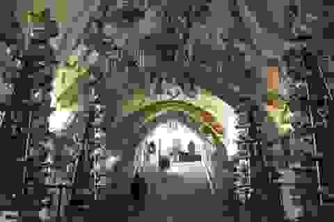 """""""Lạnh gáy"""" trước nhà thờ được làm từ 10.000 xác chết"""