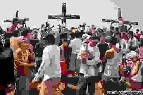 """""""Rợn người"""" tục đóng đinh vào chân, tay ở xứ Cutud, Philippines"""