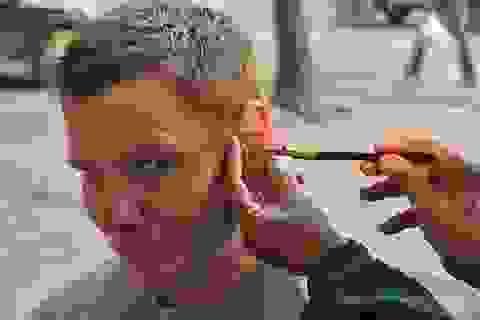 Thúi tai vì tiệm không khử trùng dụng cụ ngoáy tai