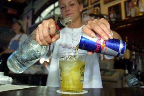 Nước tăng lực đưa các teen đến với rượu và ma túy