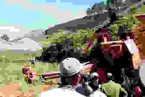 Máy xúc nặng hàng chục tấn đè chết tài xế