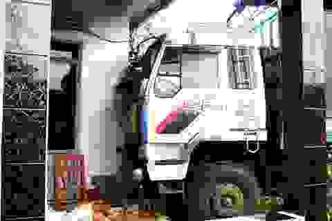 Xe tải trôi tự do húc nứt tường nhà dân