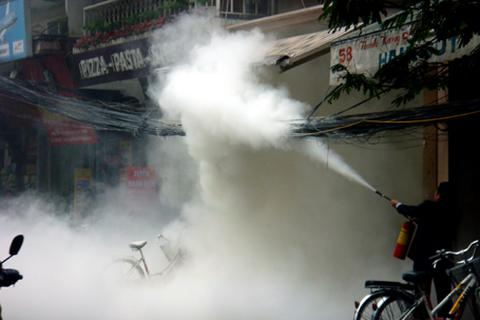 Hà Nội: Hoảng hốt vì dây cáp bốc cháy ngùn ngụt trong mưa
