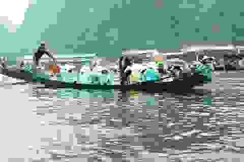 """Hơn 5 vạn du khách """"đội mưa"""" về dự lễ khai hội chùa Hương"""