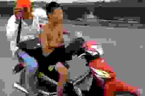 """Phát hoảng với clip đàn chị dạy """"đệ tử"""" 15 tuổi lái xe bằng chân"""