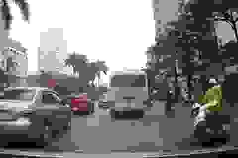 Hà Nội: Ngồi sau xe mẹ, cháu bé ngã lăn ra đường vì ngủ gật
