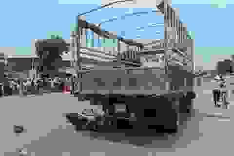 Ngã vì va quẹt xe buýt, một thanh niên bị xe tải lao đến cán chết