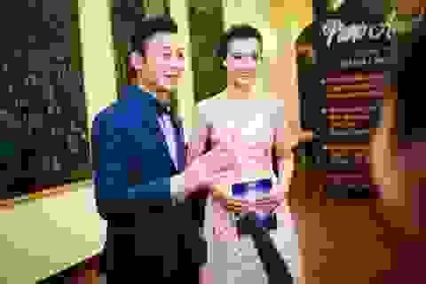 Á hậu Hoàng Oanh lưng trần gợi cảm bên MC Anh Tuấn