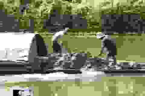 Nạo vét bùn dưới sông rồi lại đổ... xuống sông