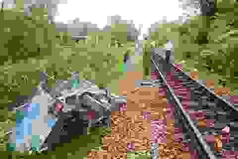 Tai nạn đường sắt, lái xe mô tô thoát chết trong gang tấc