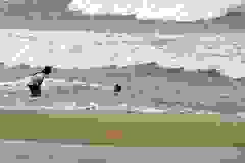 Ra biển chơi, 2 anh em họ bị sóng lớn cuốn mất tích