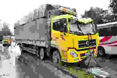 Tài xế ngủ gật lái xe tải ủi bay dải phân cách