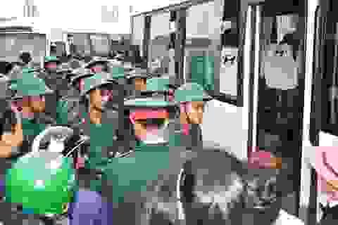 560 thanh niên Huế hăng hái lên đường nhập ngũ