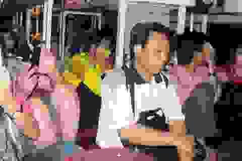 """""""Nhét"""" cả hành khách vào... khoang hành lý"""