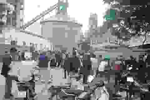 Dân chặn cổng nhà máy xi măng phản đối ô nhiễm