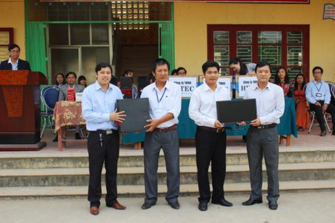 Tặng máy vi tính cho trường học vùng sâu