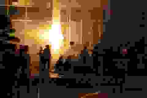Cao ốc giữa trung tâm thành phố bốc cháy trong đêm