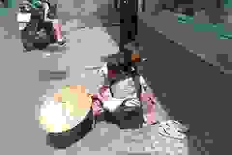 Tái diễn cảnh các cháu nhỏ ngồi xin tiền giữa trưa nắng